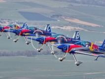 1_flying-bulls-tým-letecká-akrobacie-2015-nový-tým-i-letadla
