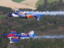 flying-bulls-duo-a-jejich-manévr-letecká-akrobacie-2015-nový-tým-i-letadla